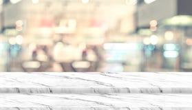 Pusty kroka marmuru stołowego wierzchołka jedzenia stojak z plam ludźmi w sklepu z kawą tła bokeh świetle Egzamin próbny dla w gó fotografia stock