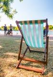 Pusty krzesło w miasto parku pojęcie relaksuje Obrazy Stock