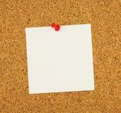 Pusty kwadrata prześcieradła notatek papier biały papier dla twój teksta, korkowa brąz deska jako tło Czerwony guzik używał Obrazy Royalty Free