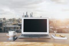 Pusty laptop na miasta tle Zdjęcie Royalty Free