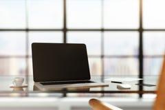 Pusty laptop na szklistym stole w pogodnym pokoju zdjęcie stock
