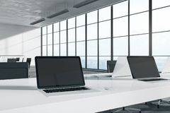 Pusty laptop w jaskrawym biurze royalty ilustracja