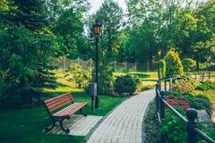 Pusty lato park z chodniczkiem i metal my fechtujemy się Zdjęcie Stock