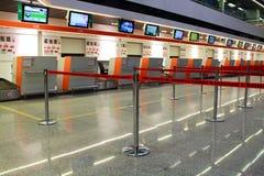 Pusty lotniskowy terminal z rozdzielenie taśmami w Warszawa, Polska Lota opóźnienia pojęcie zdjęcie stock