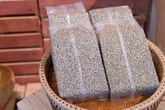 Pusty lub biały plastikowy worek kawowych fasoli pakować Fotografia Stock