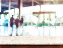 Pusty marmurowy stołowy wierzchołek i zamazujący ludzie w budynku korytarza b obrazy stock