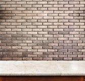 Pusty marmuru stół, ściana z cegieł w tle i Produktu pokaz zdjęcie stock