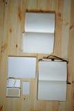 Pusty materiały ustawiający na starym drewnianym tle: wizytówki, broszura, notatnik, notepad i pióro, ilustracyjny lelui czerwien Obraz Royalty Free