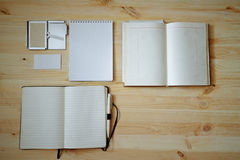 Pusty materiały ustawiający na starym drewnianym tle: wizytówki, broszura, notatnik, notepad i pióro, ilustracyjny lelui czerwien Zdjęcie Royalty Free