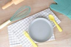 Pusty naczynie lub półkowy pastelowego koloru piekarni przyjęcia śniadanie w domu Kulinarny jedzenie z Toczną szpilką i ręką mies zdjęcia royalty free