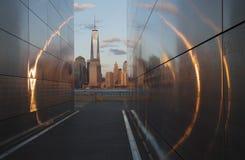 Pusty niebo: Dżersejowy miasta 9/11 pomnik przy zmierzchem pokazuje Jeden world trade center, Freedom Tower przez złotego okręgu  Obraz Royalty Free