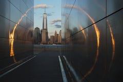 Pusty niebo: Dżersejowy miasta 9/11 pomnik przy zmierzchem pokazuje Jeden world trade center, Freedom Tower przez złotego okręgu  Zdjęcie Stock