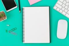 Pusty notatnik i biurowe dostawy na biurku zdjęcie royalty free