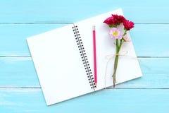 Pusty notatnik i bukiet chryzantema na błękitnym drewnianym tle obrazy stock