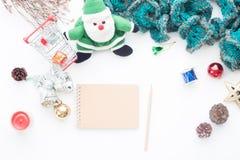 Pusty notatnik i ołówek na bielu stole z Bożenarodzeniowymi dekoracjami i wózek na zakupy Fotografia Royalty Free