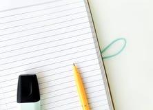 Pusty notatnik na białym stołowym biurku w biznesowym biurze Nowa strona notatnik z piórem obrazy stock