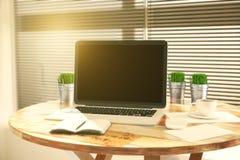 Pusty notatnik na rocznika drewnianym stole z akcesoriami w caf Zdjęcie Royalty Free