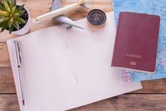 Pusty notatnik, paszport, kompas, samolot i mapa na drewnianym stole, Zdjęcie Stock