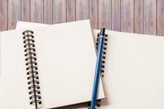 Pusty notatnik z drewnianym tłem Obrazy Royalty Free