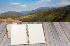Pusty notatnik z drewnianym tłem Fotografia Stock