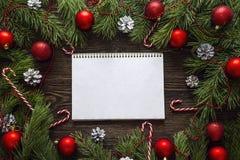 Pusty notatnik z jodeł gałąź i Bożenarodzeniowymi dekoracjami na wo Fotografia Stock