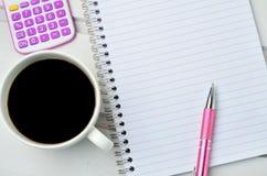 Pusty notatnik z kalkulatorem i filiżanką Zdjęcie Royalty Free