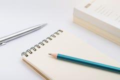Pusty notatnik z ołówkiem na białym tle Obrazy Stock