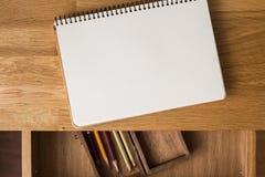 Pusty notatnik z ołówkami na biurku overhead Obraz Royalty Free