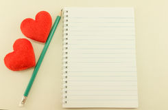 Pusty notatnik z ołówkowym i czerwonym sercem, rocznik Zdjęcie Stock
