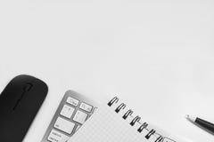 Pusty notatnik z piórem i klawiatura w biurze Zdjęcia Stock
