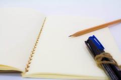 Pusty notatnik z piórem i ołówkiem Obrazy Royalty Free