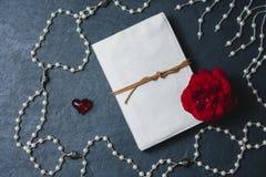 Pusty notatnik z roes i czerwony serce na czerni drylujemy tło Fotografia Stock