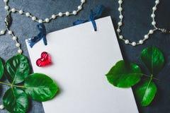 Pusty notatnik z roes i czerwony serce na czerni drylujemy tło Zdjęcie Stock