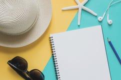 Pusty notatnik z słomianym kapeluszem, okulary przeciwsłoneczni, rozgwiazdy, ołówek, e Fotografia Royalty Free