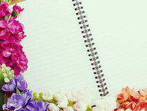 Pusty notatnika dzienniczek z sztucznego kwiatu tłem Obraz Royalty Free
