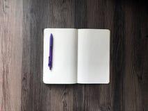 Pusty notatnika i purpur pióro zdjęcia stock