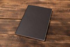Pusty notatnika pióro na drewnianym biuro stole i strona Odgórny widok zdjęcie royalty free
