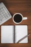 Pusty notepad, klawiatura, pióro i filiżanka, Obraz Royalty Free