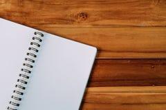 Pusty notepad na drewnianym stole Zdjęcie Royalty Free