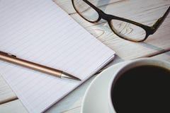 Pusty notepad z czytelniczymi szkłami i filiżanką kawy Obraz Stock