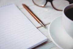 Pusty notepad z czytelniczymi szkłami i filiżanką kawy Zdjęcie Royalty Free