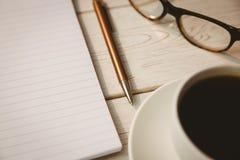Pusty notepad z czytelniczymi szkłami i filiżanką kawy Zdjęcie Stock