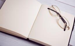 Pusty notepad z czytelniczymi szkłami Zdjęcie Royalty Free