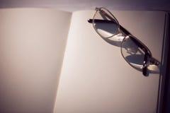 Pusty notepad z czytelniczymi szkłami Obraz Stock