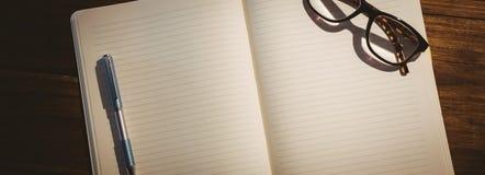 Pusty notepad z czytelniczymi szkłami Fotografia Stock