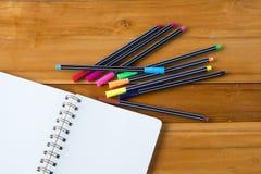 Pusty notepad z kolorowym piórem na drewnianym stole Obraz Royalty Free