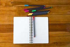 Pusty notepad z kolorowym piórem na drewnianym stole Zdjęcie Stock