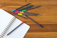 Pusty notepad z kolorowym piórem na drewnianym stole Fotografia Stock