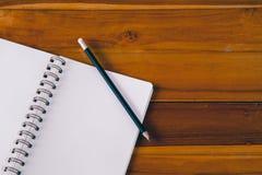 Pusty notepad z ołówkiem na biurowym drewnianym stole Obraz Royalty Free