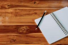 Pusty notepad z ołówkiem na biurowym drewnianym stole Zdjęcie Stock